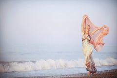 Красивая блондинка на заднем плане захода солнца Стоковое Фото
