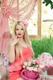 Красивая блондинка на пикнике Стоковые Фото