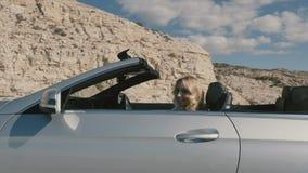 Красивая блондинка при парень управляя в cabriolet видеоматериал