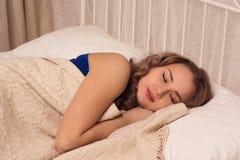 Красивая блондинка спит Стоковые Изображения RF