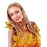 Красивая блондинка с голубыми глазами в платье листьев Стоковое Изображение RF