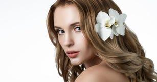 Красивая блондинка с длинными волнистыми волосами Стоковые Фото