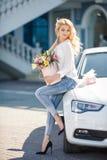 Красивая блондинка с цветками в подарочной коробке стоковые фотографии rf