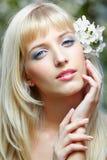 Красивая блондинка с цветками стоковое изображение
