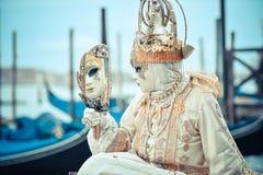 Красивая венецианская замаскированная модель от масленицы Венеции Стоковая Фотография RF