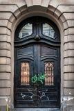 Красивая дверь на фасаде исторического здания в Украине Стоковое Фото