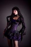 Красивая ведьма в фиолетовом и черном готском обмундировании хеллоуина стоковые фото
