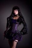 Красивая ведьма в фиолетовом и черном обмундировании стоковые фото