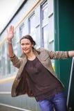 Красивая взрослая женщина идет на путешествие Стоковое Изображение RF