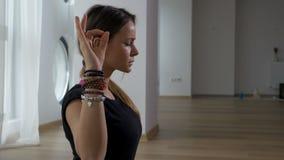 Красивая взрослая женщина размышляя в практике йоги видеоматериал