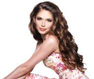 Красивая взрослая женщина с длинным коричневым вьющиеся волосы. стоковые изображения rf