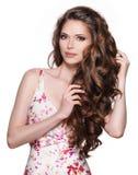 Красивая взрослая женщина с длинным коричневым вьющиеся волосы. Стоковое Изображение RF