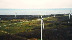 Красивая воздушная панорама фермы турбины ветрянки стоя все еще в поле озера леса осени, дружественном к эко источнике питания акции видеоматериалы
