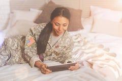 Красивая воинская женщина используя таблетку Стоковое фото RF