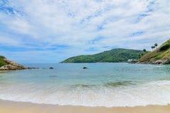 Красивая волна на пляже стоковые изображения