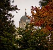 красивая восточная церковь в падении - листья осени стоковые фотографии rf