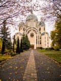красивая восточная церковь в падении - листья осени стоковые фото