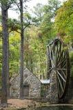Красивая водяная мельница в деревьях стоковые изображения