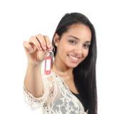 Красивая вскользь мусульманская женщина держа ключи дома Стоковые Изображения RF