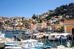 Красивая гавань и красочные здания береговой линии острова Simi стоковые фото