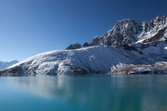 Красивая гималайская горная цепь отражая внутри Стоковые Фотографии RF
