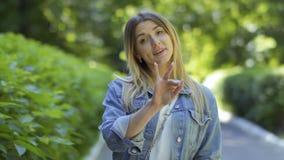 Красивая глухой-безгласная девушка говоря - слышать нас, мы и мы любим вас сток-видео