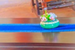 Красивая голубая ваза фарфора с розовыми цветками на деревянном br Стоковое Изображение RF