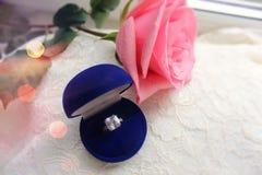 Красивая голубая коробка с обручальным кольцом Белые ботинки ботинки wedding Пятки ` s невесты высокие Гонорары невесты Ювелирные стоковое фото