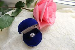Красивая голубая коробка с обручальным кольцом Белые ботинки ботинки wedding Пятки ` s невесты высокие Гонорары невесты Ювелирные стоковая фотография rf