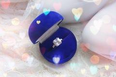 Красивая голубая коробка с обручальным кольцом Белые ботинки ботинки wedding Пятки ` s невесты высокие Гонорары невесты Ювелирные стоковые фотографии rf