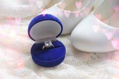 Красивая голубая коробка с обручальным кольцом Белые ботинки ботинки wedding Пятки ` s невесты высокие Гонорары невесты Ювелирные стоковые фото