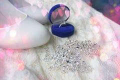 Красивая голубая коробка с обручальным кольцом Белые ботинки ботинки wedding Пятки ` s невесты высокие Гонорары невесты Ювелирные стоковые изображения