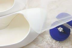 Красивая голубая коробка с обручальным кольцом Белые ботинки ботинки wedding Пятки ` s невесты высокие Гонорары невесты Ювелирные стоковое изображение
