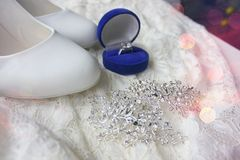 Красивая голубая коробка с обручальным кольцом Белые ботинки ботинки wedding Пятки ` s невесты высокие Гонорары невесты Ювелирные стоковая фотография