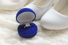 Красивая голубая коробка с обручальным кольцом Белые ботинки ботинки wedding Пятки ` s невесты высокие Гонорары невесты Ювелирные стоковое изображение rf