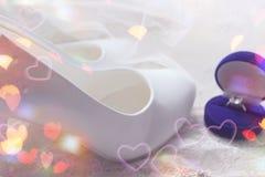 Красивая голубая коробка с обручальным кольцом Белые ботинки ботинки wedding Пятки ` s невесты высокие Гонорары невесты Ювелирные стоковое фото rf