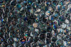 Красивая горизонтальная текстура группы в составе шарики гидрогеля радуги прозрачные, воды отбортовывает Стоковая Фотография RF