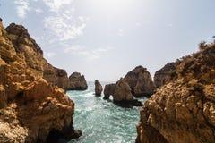 Красивая горная порода песчаника с пещерой на атлантическом пляже Стоковое Изображение RF