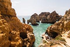 Красивая горная порода песчаника с пещерой на атлантическом пляже Стоковая Фотография RF