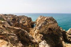 Красивая горная порода песчаника с пещерой около атлантического oce Стоковые Фото