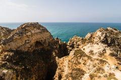 Красивая горная порода песчаника с пещерой около атлантического oce Стоковые Фотографии RF