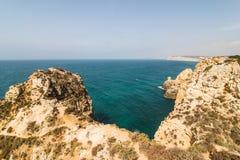 Красивая горная порода песчаника с пещерой около атлантического oce Стоковое Изображение RF