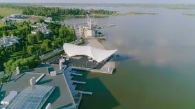 Красивая гостиница на озере, современная гостиница на озере, красивая гостиница видеоматериал