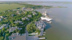 Красивая гостиница на озере, современная гостиница на озере, красивая гостиница акции видеоматериалы