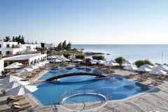 Красивая гостиница с бассейном и видом на море стоковое изображение rf