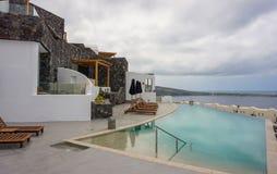 Красивая гостиница с бассейном и видом на море стоковое фото