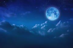 Красивая голубая луна за пасмурным на небе и звезде на ноче Outd Стоковое Изображение RF