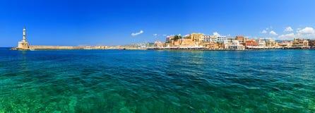 Красивая греческая серия островов - Крит, панорама с городом маяка венецианским Chania Стоковое Фото