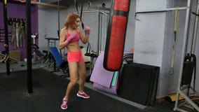 Красивая груша тренировки женщины Kickboxing в спортзале фитнеса движение медленное сток-видео