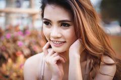 Красивая девушка Азии ослабляя в парке Стоковое фото RF